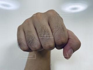 男の拳の写真・画像素材[2497884]