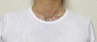 白いシャツを着た男性と胸毛の写真・画像素材[2871594]