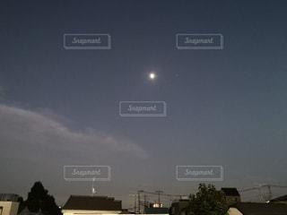 夜にライトアップされた街の写真・画像素材[2356203]