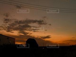 日没時の空に雲の群しの写真・画像素材[2356201]