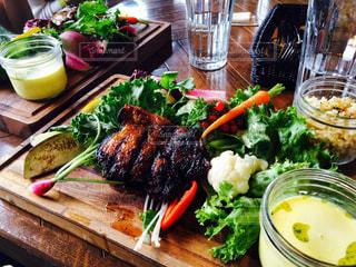 テーブルの上の食べ物の皿の写真・画像素材[2359602]