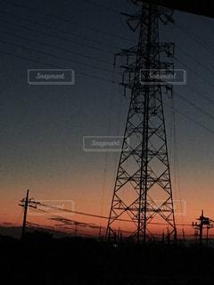 空の背景を持つ大きな高い塔の写真・画像素材[2361677]