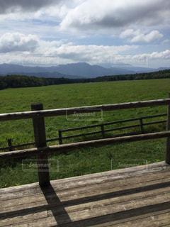 木製のフェンス越しの景色の写真・画像素材[2365527]