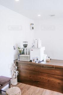 白と木のカフェの写真・画像素材[2359351]