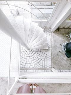 白 螺旋階段 カフェの写真・画像素材[2359355]