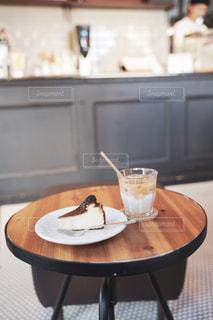 カフェでチーズケーキとカフェラテをの写真・画像素材[2596722]