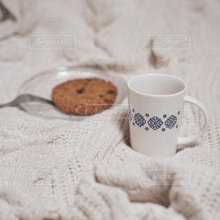 秋冬の季節、部屋におこもりしてコーヒータイムの写真・画像素材[2596724]