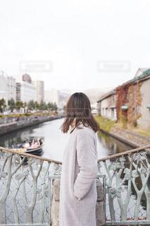 小樽運河で橋の上に立っている女性の写真・画像素材[2714952]