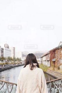 小樽運河で橋の上に立っている女性の写真・画像素材[2714953]