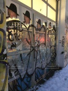 落書きで覆われた壁の写真・画像素材[2359679]