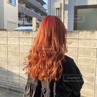 美容室でピンクオレンジヘアにした女性の写真・画像素材[4339433]