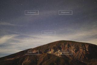 星空と山肌の写真・画像素材[2365280]