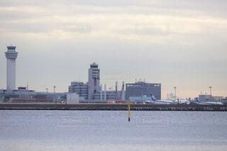海越しの空港の写真・画像素材[2393621]