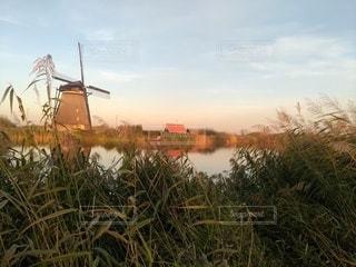 風車が回る田舎町の写真・画像素材[2367817]