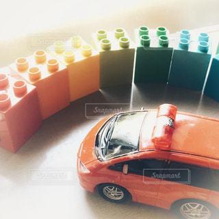 赤い車とカラフルブロックの写真・画像素材[2371307]