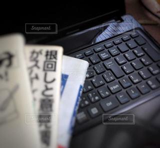 ノートパソコンとビジネス本の写真・画像素材[2374993]