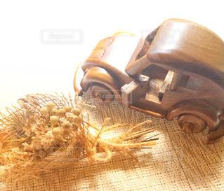木製の車とスワッグの写真・画像素材[2431198]