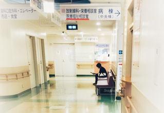待合室で待つ女性の写真・画像素材[2448024]