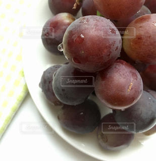 皿の上の果物の写真・画像素材[2552736]