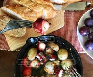 木製のテーブルの上に座っている食べ物の皿の写真・画像素材[2553488]