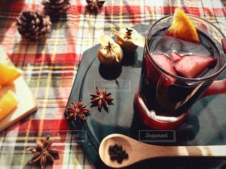 テーブルの上のグリューワインの写真・画像素材[2703840]