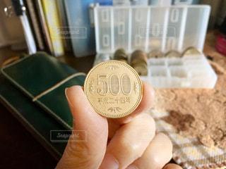 500円玉を持つ手の写真・画像素材[2766702]