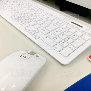 白いマウスとキーボードの写真・画像素材[2793579]