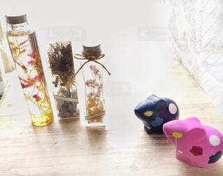 テーブルの上のネズミの置物とドライフラワーの写真・画像素材[2811980]