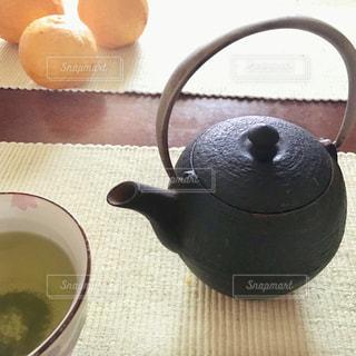 テーブルの上の南部鉄瓶の急須の写真・画像素材[2815574]