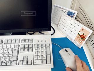 キーボードとデスクトップコンピュータの写真・画像素材[2830027]