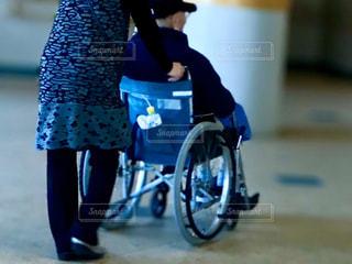 車椅子を押す女性の写真・画像素材[2846909]