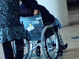 車椅子を押す人の写真・画像素材[2846910]