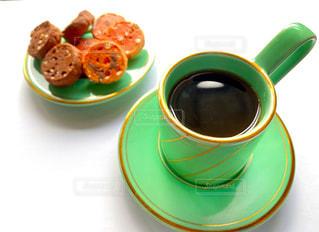 テーブルの上でコーヒーを一杯の写真・画像素材[2910554]
