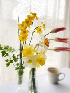 テーブルの上の花瓶に花束の写真・画像素材[3065152]