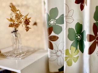 テーブルの上に花の花瓶の写真・画像素材[3114178]