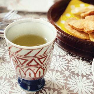 テーブルの上の緑茶の写真・画像素材[3115367]