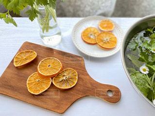 木のまな板の上に座っている食べ物の皿の写真・画像素材[3145860]