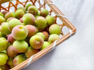 テーブルの上に座っている果物のボウルの写真・画像素材[3210267]