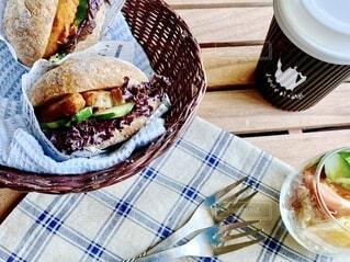 テーブルの上のサンドイッチの写真・画像素材[3631243]
