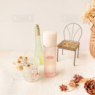 テーブルの上に花の花瓶の写真・画像素材[3707038]