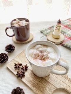 テーブルの上にコーヒーを一杯入れるの写真・画像素材[3780503]