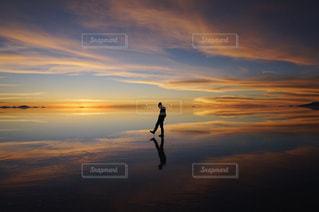 夕焼けどきのウユニ塩湖の写真・画像素材[2367549]