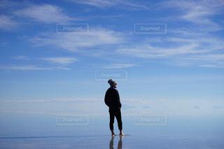 ウユニ塩湖をバックに。の写真・画像素材[2367579]