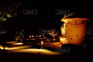 夜にライトアップされた街の写真・画像素材[2367473]