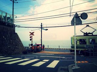 鎌倉高校前の踏切の写真・画像素材[2374540]