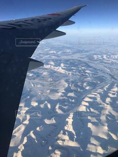 ロシア上空の景色を航空機の窓からの写真・画像素材[2368262]
