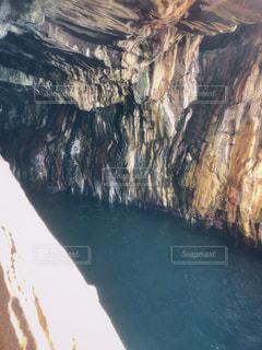 背景の水と山の眺めの写真・画像素材[2372253]