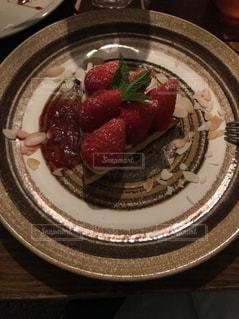 テーブルの上の食べ物の皿の写真・画像素材[2448347]