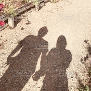 泥道を歩く人々のグループの写真・画像素材[2505445]