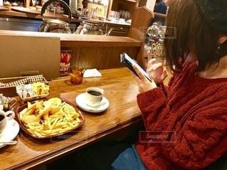 食べ物を撮影する女性の写真・画像素材[2656926]